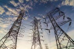 Silueta de las torres de la transmisión de poder más elevado Imágenes de archivo libres de regalías