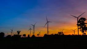 Silueta de las turbinas de viento en la puesta del sol Imágenes de archivo libres de regalías