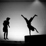 Silueta de los amigos del gimnasta del trampolín Imagenes de archivo