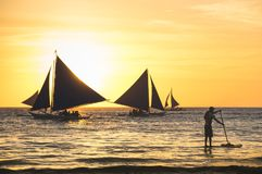 Silueta de los barcos de navegación en la puesta del sol en la isla de Boracay fotografía de archivo libre de regalías