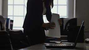 Silueta de los documentos de la grapa de la empresaria con una grapadora en oficina almacen de metraje de vídeo