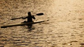 Silueta de los hombres del rowing del kajak metrajes