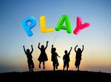 Silueta de los niños que juegan los globos al aire libre Imagen de archivo libre de regalías