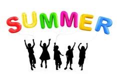 Silueta de los niños que juegan con los globos del verano Imagenes de archivo