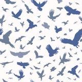 Silueta de los pájaros de vuelo en modelo inconsútil del fondo blanco Tinta de destello del tatuaje del cuerpo inspirado Fije de  ilustración del vector