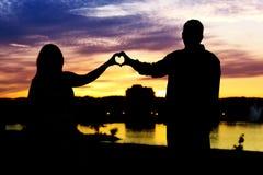 Silueta de los pares en forma de corazón Fotografía de archivo libre de regalías