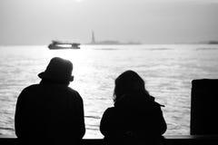 Silueta de los pares extranjeros románticos, New York City, Nueva York Imagen de archivo