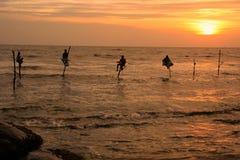 Silueta de los pescadores en la puesta del sol, Unawatuna, Sri Lanka Foto de archivo