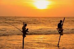 Silueta de los pescadores en la puesta del sol, Unawatuna, Sri Lanka Fotografía de archivo