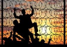 Silueta de los refugiados que cruzan la frontera ilegal Fotos de archivo libres de regalías