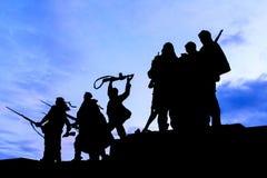 Silueta de los soldados de la estatua que marchan a la guerra en el monumento a Imagenes de archivo