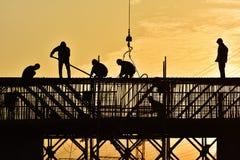 Silueta de los trabajadores de construcción fotos de archivo libres de regalías