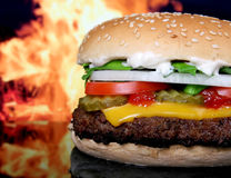 Silueta de los vehículos del jardín de la hamburguesa y del verano del queso fotografía de archivo libre de regalías