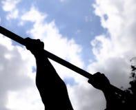 Silueta de manos en una barra horizontal Manos en el primer de la barra El hombre se tira para arriba en la barra Jugar deportes  Fotos de archivo