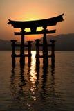 Silueta de Miyajima Torii en la puesta del sol Foto de archivo