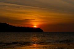 Silueta de montañas durante puesta del sol fotografía de archivo libre de regalías