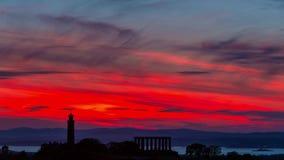 Silueta de monumentos en la colina de Calton en el cielo hermoso en el fondo, Edimburgo, Escocia metrajes