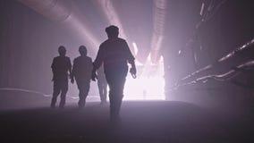 Silueta de muchos trabajadores de construcción que salen de un túnel grande metrajes