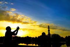 silueta de niños durante puesta del sol imagen de archivo libre de regalías