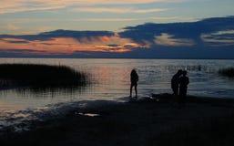 Silueta de niños en la puesta del sol imágenes de archivo libres de regalías