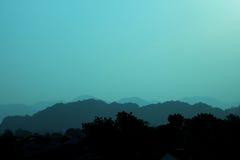 Silueta de niebla de la montaña Foto de archivo libre de regalías
