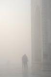 Silueta de pares cariñosos en una neblina, cerca de Taj Mahal, la India Imagenes de archivo