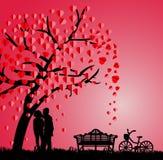 Silueta de pares debajo de un árbol de amor en la estación de primavera Fotos de archivo