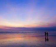 Silueta de pares en la puesta del sol Imagen de archivo libre de regalías