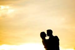 Silueta de pares románticos Fotografía de archivo libre de regalías