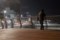 Silueta de pensamiento del hombre - playa de desatención en la noche Imágenes de archivo libres de regalías