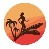 Silueta de practicar surf a la mujer joven con puesta del sol colorida en fondo Imagen de archivo