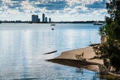 Silueta de Sandy Beach And The City Fotos de archivo libres de regalías
