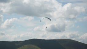 Silueta de siguiente del paracaídas metrajes