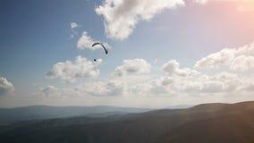 Silueta de siguiente del paracaídas almacen de video