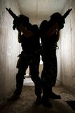 Silueta de soldados con los armas Foto de archivo