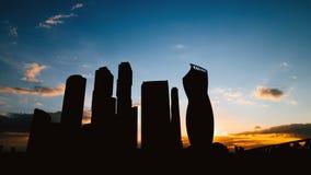 Silueta de Timelapse de la ciudad internacional del centro de negocios de los rascacielos en puesta del sol en Moscú Rusia almacen de metraje de vídeo