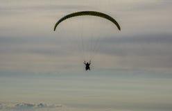 Silueta de un ala flexible contra la perspectiva del cielo de la tarde Imagenes de archivo