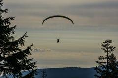 Silueta de un ala flexible contra la perspectiva del cielo de la tarde Imágenes de archivo libres de regalías