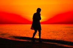 Silueta de un baile de la señora por el mar Foto de archivo libre de regalías