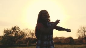 Silueta de un baile de la muchacha en puesta del sol almacen de metraje de vídeo