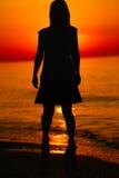 Silueta de un baile de la señora por el mar Fotografía de archivo libre de regalías
