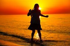 Silueta de un baile de la señora por el mar Foto de archivo