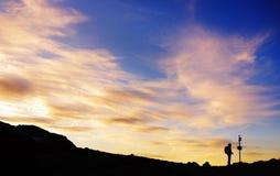 Silueta de un caminante perdido Imagen de archivo libre de regalías