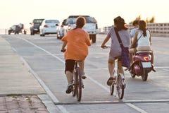 Silueta de un ciclista en la puesta del sol Imagenes de archivo