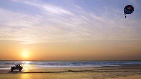 Silueta de un coche durante puesta del sol. fotografía de archivo libre de regalías