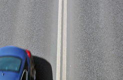Silueta de un coche en el camino Imagen de archivo