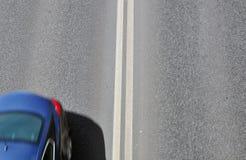 Silueta de un coche en el camino Imagen de archivo libre de regalías