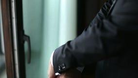 Silueta de un desgaste de hombre su chaqueta almacen de metraje de vídeo