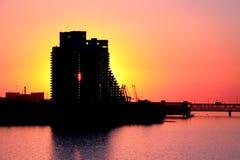 Silueta de un edificio de varios pisos y un puente en la ciudad de Dnepr en la puesta del sol Fotografía de archivo libre de regalías