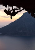 Silueta de un escalador de roca en la puesta del sol Fotografía de archivo libre de regalías
